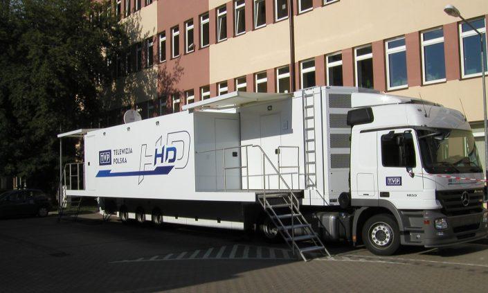 TV Polen Übertragungswagen - Seitenansicht aufgebaut